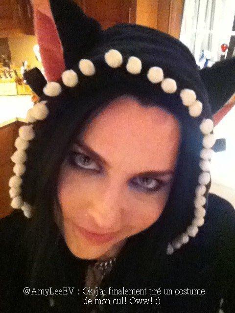 @AmyLeeEV : HAPPY HALLOWEEN TOUT LE MONDE! Thriller vient juste de passer à la radio et Carrie et moi avons chantés fort! (désolé chauffeur de limousine,!) haha