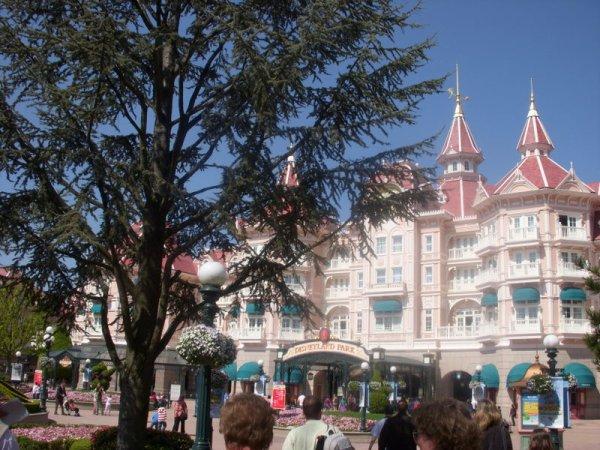 Le magnifique DisneyLand Hotel toujours aussi beau d'années en années .