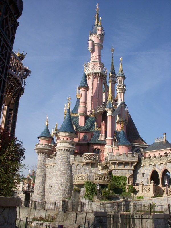 C'est un château sans décoration central que l'on retrouve