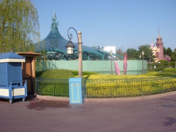 Les travaux on commencés au Mad Hatter's Tea Cups