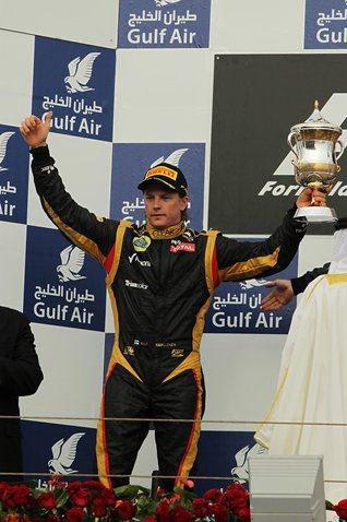 Kimi Räikkönen monte sur la deuxième marche du podium à Bahreïn...
