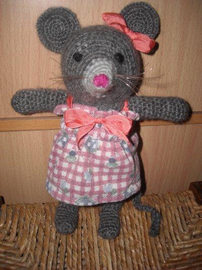 une petite souris avec une robe en tissus pour changer un peu
