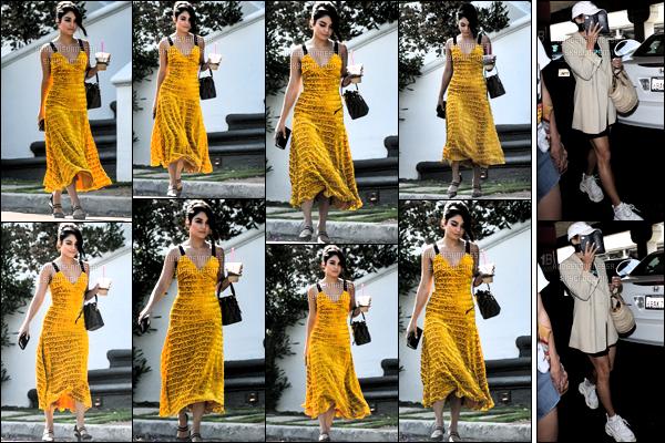 . August 4, 2018 - Miss Vanessa Anne Hudgens a été aperçue sortant de sa maison dans les rues de Studio City. La veille le trois août deux milles dix huit la belle Vanessa Hudgens a été aperçue à l'aéroport de Los Angeles. Un top pour la robe jaune. .