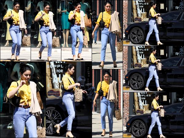 .14/03/019 - Vanessa Anne Hudgens a été aperçue faisant du shopping dans les rues de la grande ville d'Hollywood.  Une superbe sortie pour Vanessa avec encore un jolie top elle est magnifique j'adore çà m'avait manqué en espérant plus plus de photos.  .