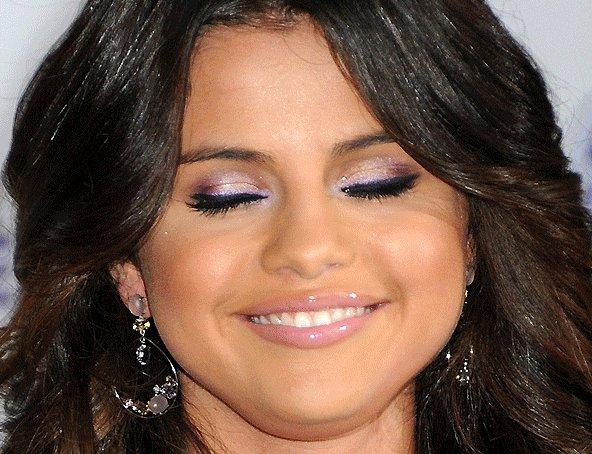 Selena Gomez - Oh mon dieu, c'est quoi ça ?  Rien qua voir les yeux = Maquillage raté, double menton, tout ce que vous voulez...