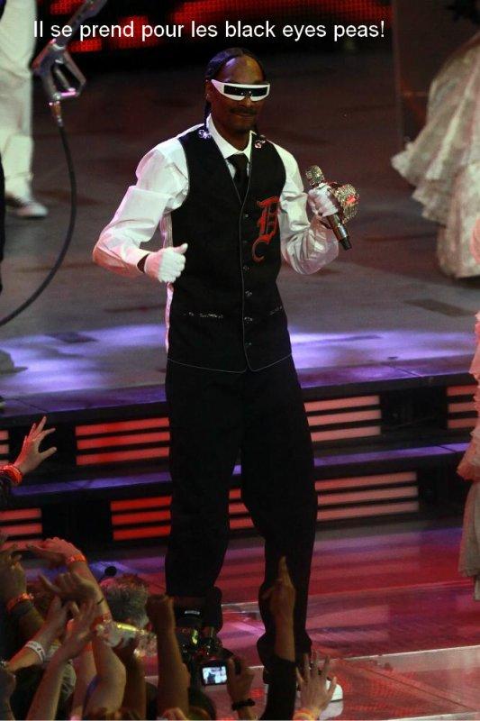 """Après """"Sweat"""", le retour de Snoop Dogg sur scène... Mais que lui arrive t'il ? Il était si bien avant, en tant que """"vrai"""" rapeur, il ne faisait pas d'extravagances et rester lui même... Je suis déçue!"""
