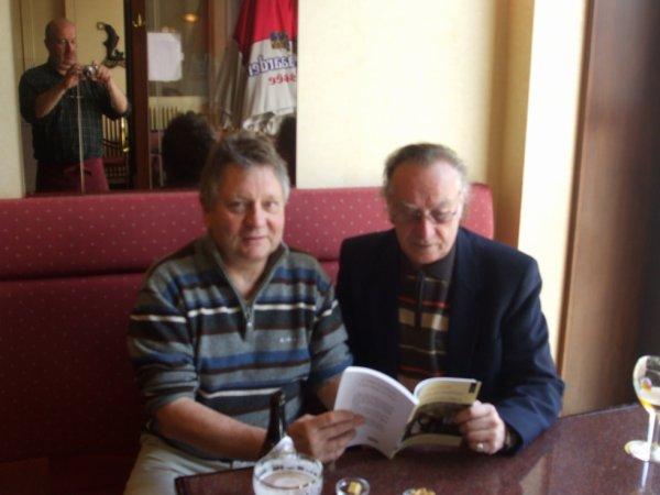 L'auteur avec le journaliste Jean-Marc Derlet.