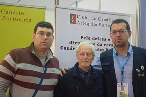 Photo prise Mondial Portugal 2016 avec le père d le canaris arlequim Portugues ( dr.Armando Moreno) et un pote éleveur de canaris Arlequim Portugues