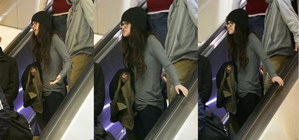 21 décembre 2012 : Selena arrive à l'aéroport LAX, à Los Angeles