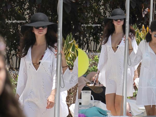 11 mai 2013 : Selena avec Ashley Cook au bord d'une piscine de son hôtel, à Miami