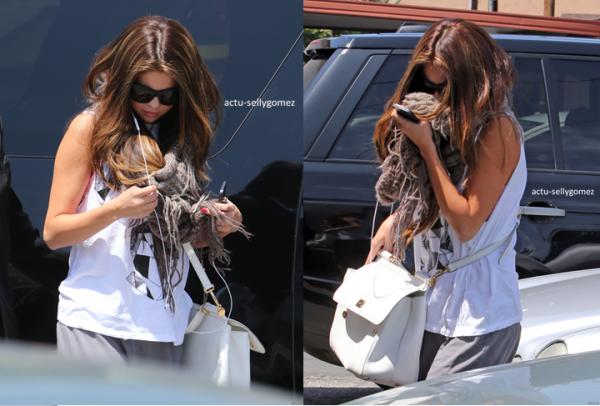 16 mai 2013 : Selena quittant un restaurant de sushi avec une amie, à Los Angeles