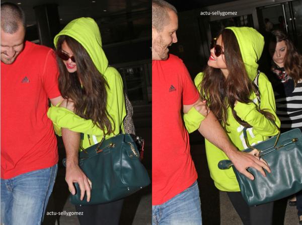 10 juillet 2013 : Selena arrivant à l'aéroport LAX avec son beau-père Brian, à Los Angeles