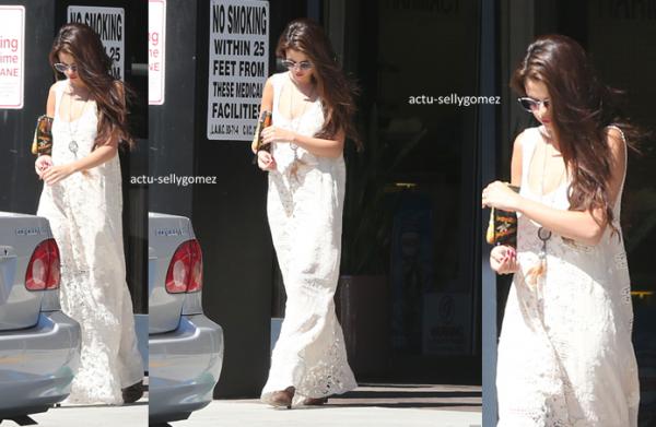 5 août 2013 : Selena a été aperçue quittant un hôpital à Tarzana, en Californie