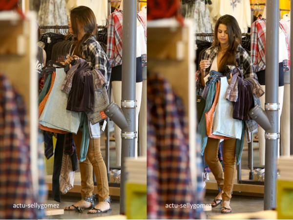 3 janvier 2014 : Selena et Francia Raisa ont été vues faisant du shopping, à Studio City