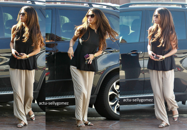 10 mars 2014 : Selena arrivant à l'aéroport JFK, à New York