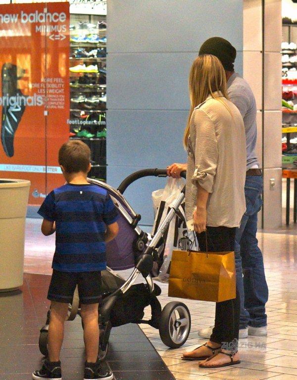 Harper au centre commercial - seule photo disponible. 26.03.2012