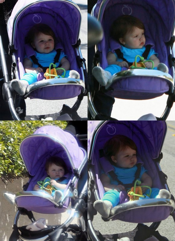 Harper se promène dans sa poussette.. 15.04.2012