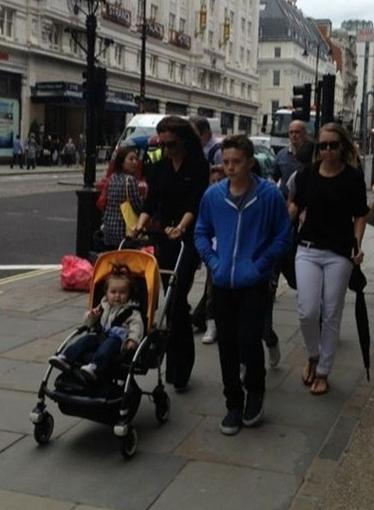 Harper se promène avec Mummy et Brooklyn dans les rues de Dublin, Irlande. 19.07.2012