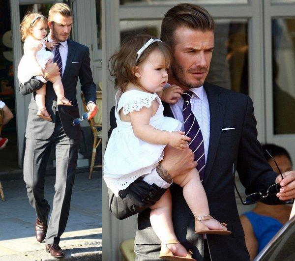 Harper est parti déjeuner dans un restaurant de Londres, avec Mummy & Daddy, 26.07.2012