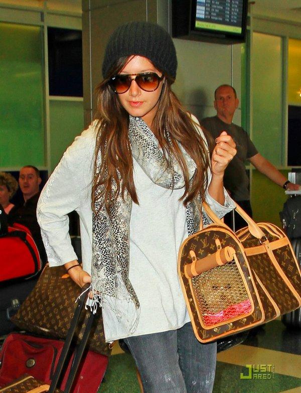 Ashley Tisdale à l'aéroport.