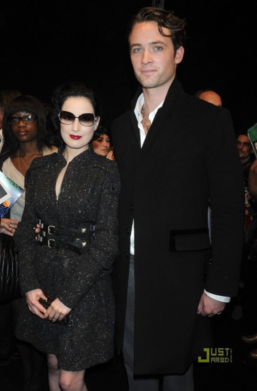 Dita Von Teese à la Fashion Week. Paris