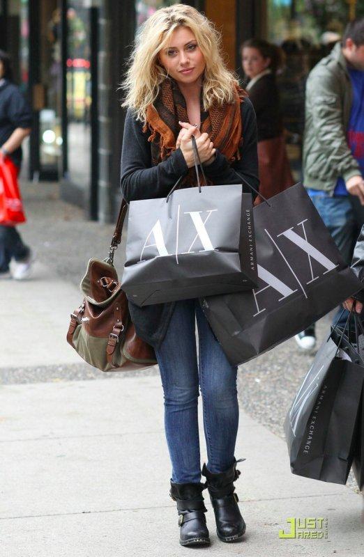 Aly Michalka fait du shopping. Vancouver