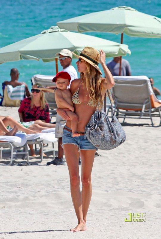 Gisele Bundchen à la plage avec son fils Benjamin.