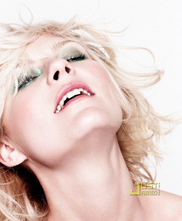 Kirsten Dunst pose pour Blackbook Magazine.