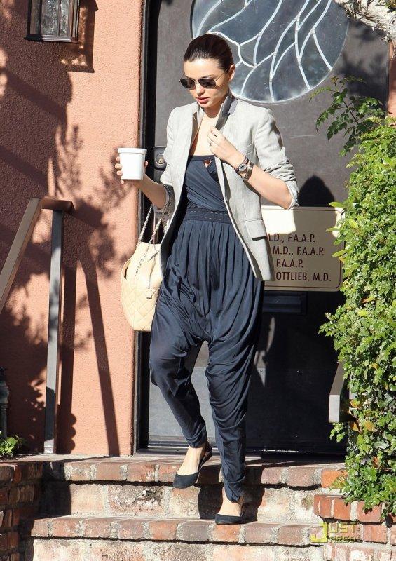 Miranda Kerr et Orlando Bloom sortent de chez le pédiatre.