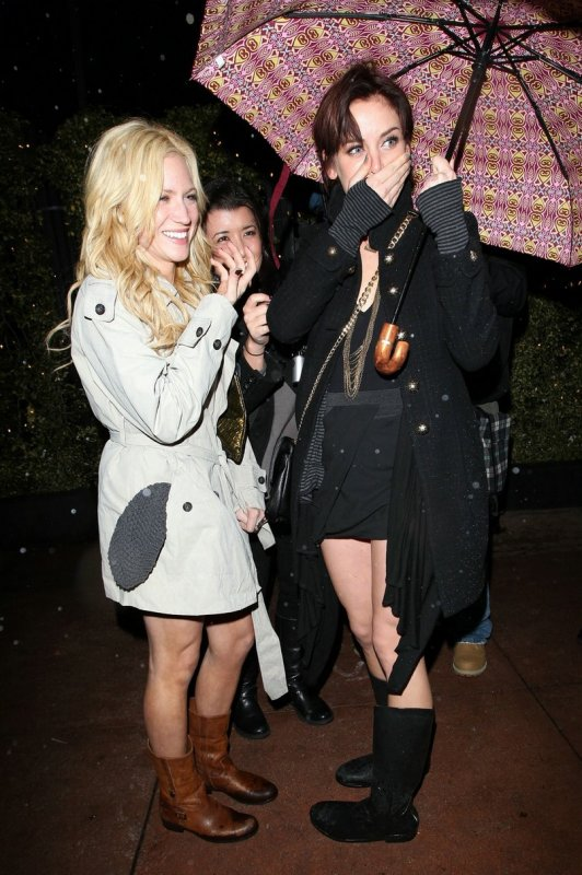 Brittany Snow et Jessica Stroup vont au restaurant (sous la pluie). Los Angeles