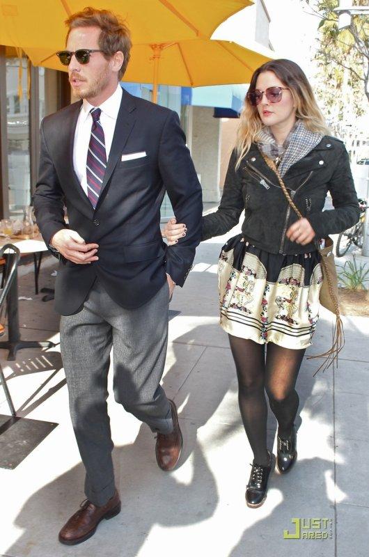 Drew Barrymore sort déjeuner avec son nouveau boyfriend. Beverly Hills
