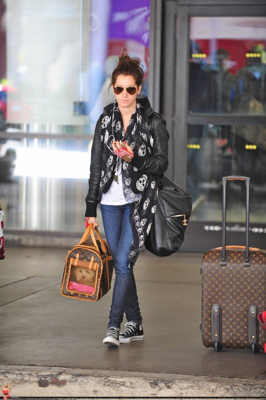 Ashley Tisdale à l'aéroport.