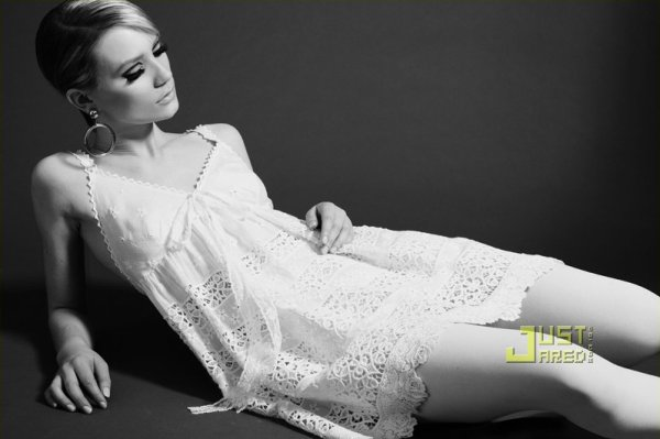 Mia Wasikowska pose pour Blackbook.