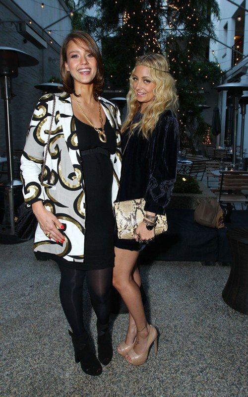 Nicole Richie et Jessica Alba à un évènement.