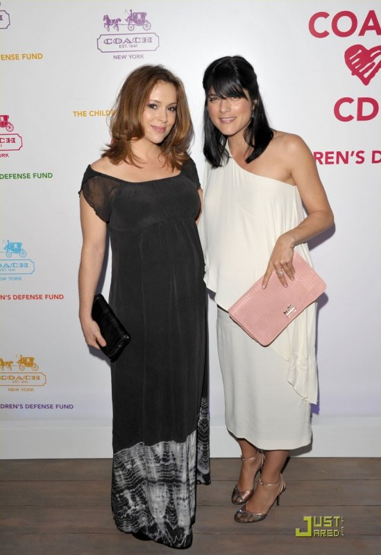 Alyssa Milano et Selma Blair à un évènement. Evening of Shopping and Cocktails for the Children's Defense Fund