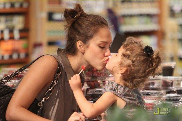 Jessica Alba dans un magasin avec sa fille. Los Angeles