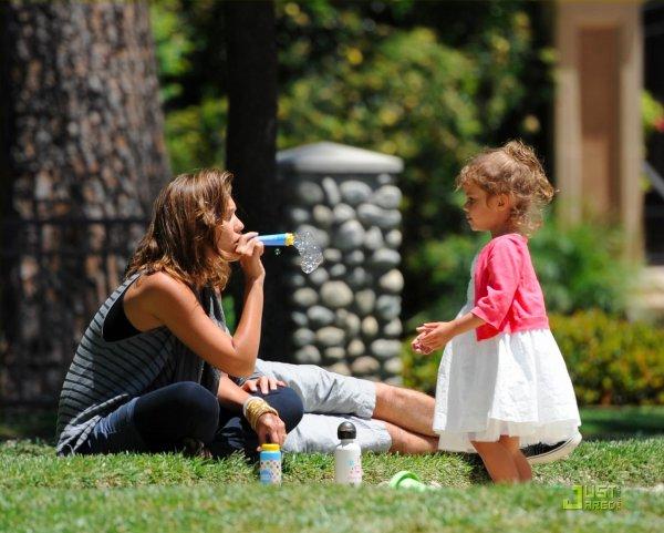 Jessica Alba et sa fille au parc.