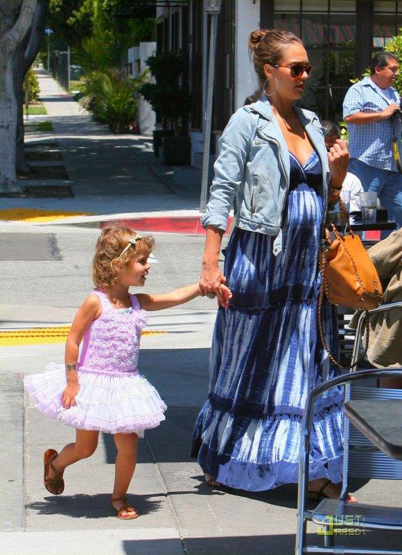 Jessica Alba de sortie avec sa fille.