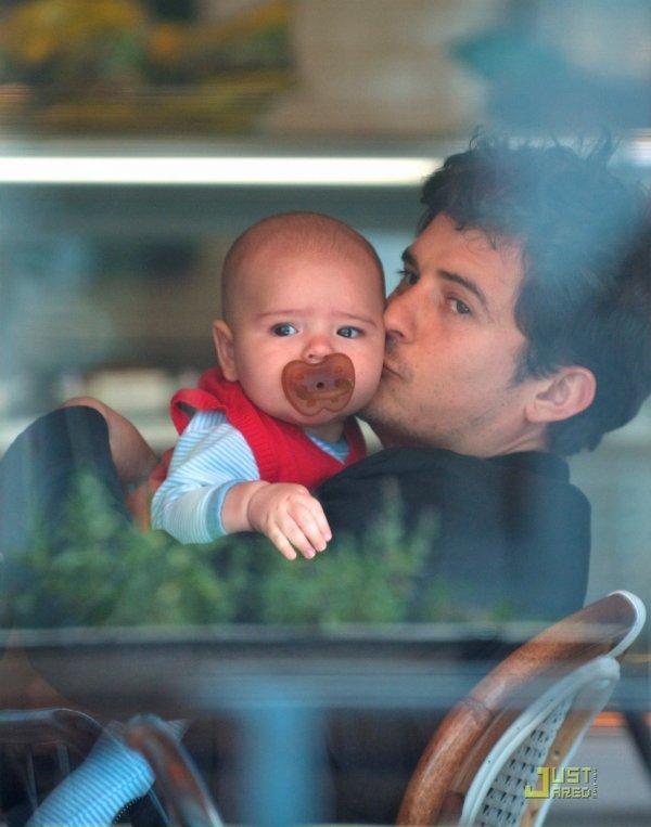 Orlando Bloom à un café avec son fils. Los Angeles
