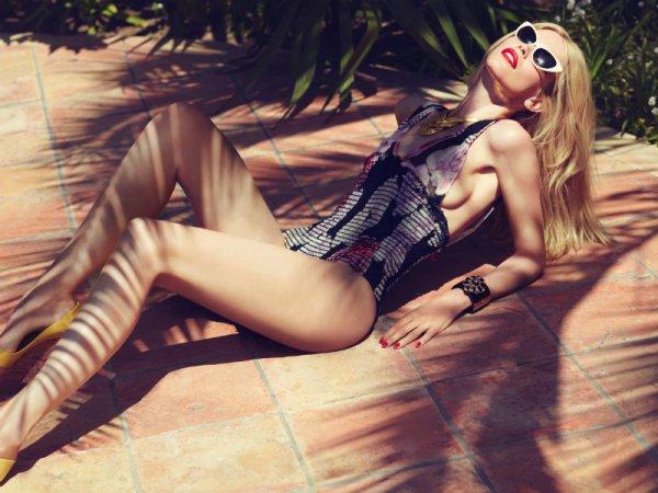 Claudia Schiffer pose pour Harper's Bazaar.