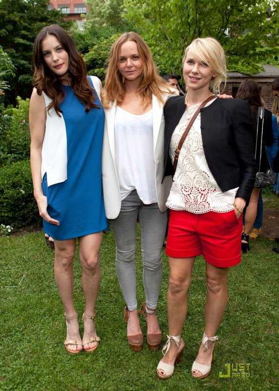 Liv Tyler, Stella McCartney et Naomi Watts à un évènement. Stella McCartney Resort 2012