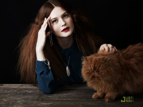 Bonnie Wright (Harry Potter) pose pour un magasine.