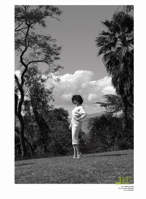 Anna Paquin pose pour V Magazine.