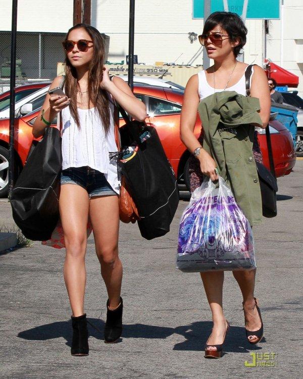 Vanessa Hudgens fait du shopping chez Urban Outfitters avec sa soeur.