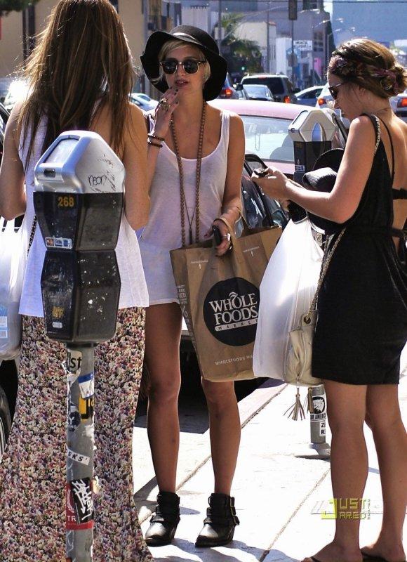 Ashlee Simpson fait du shopping. Los Angeles