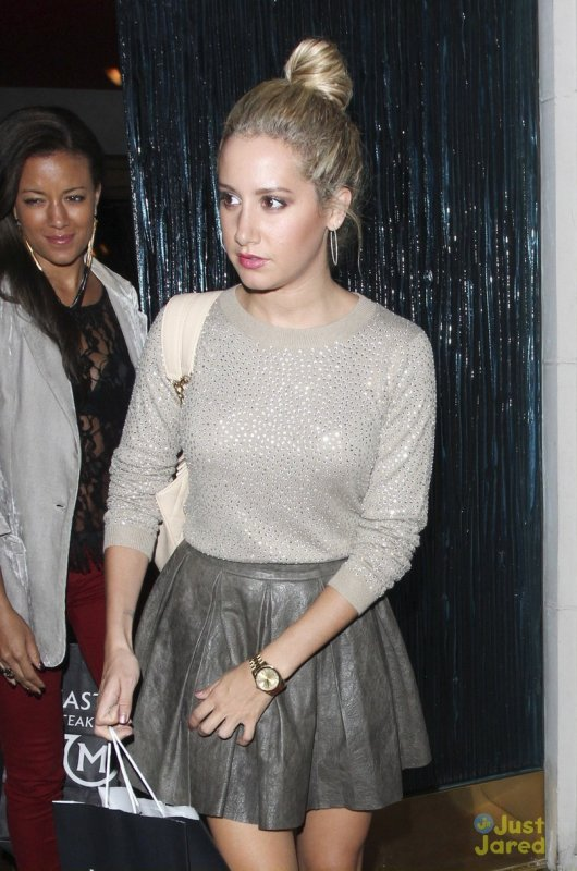 Ashley Tisdale sort d'un restaurant. Beverly Hills