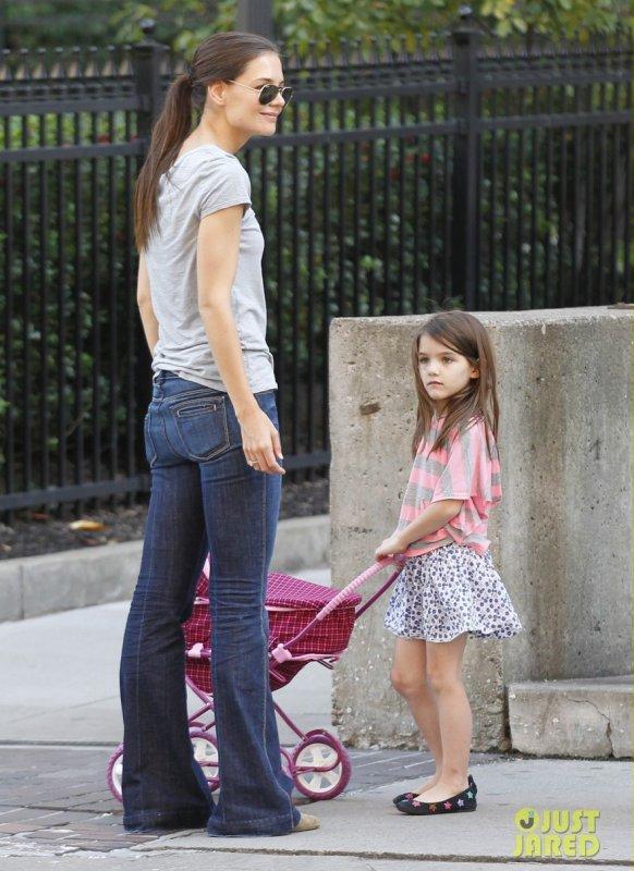 Katie Holmes et sa fille Suri de sortie. Pennsylvanie