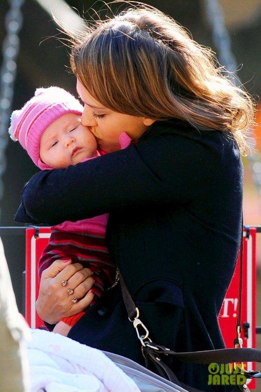 Jessica Alba au parc avec ses filles. New York