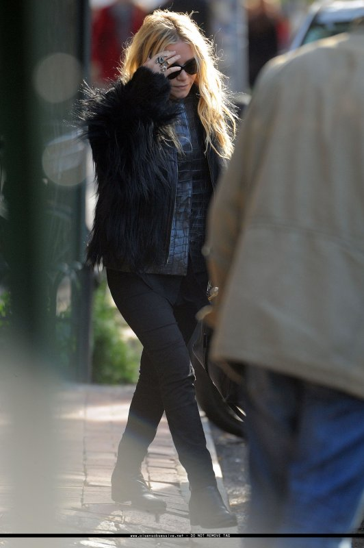 Mary Kate Olsen sort d'un restaurant. New York