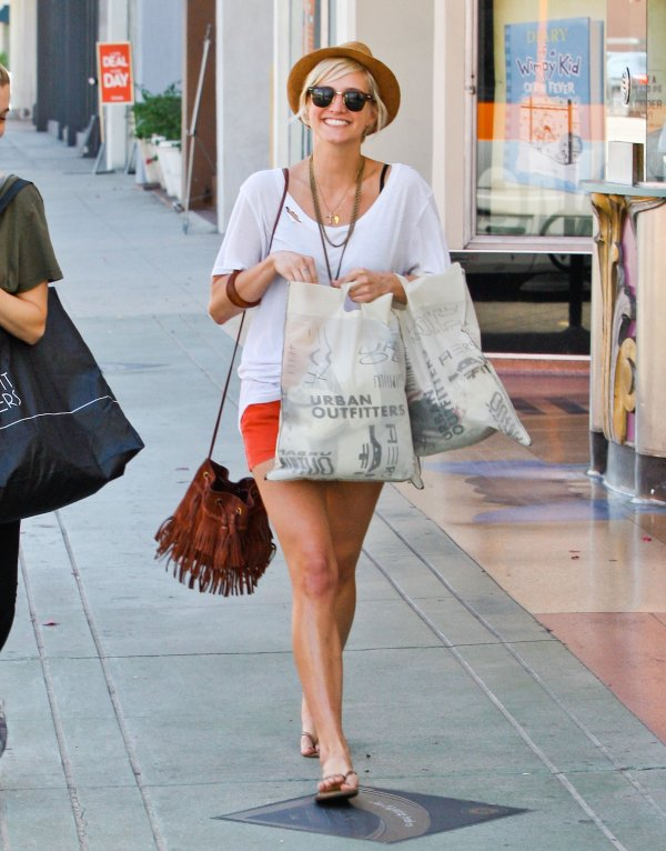 Ashlee Simpson fait du shopping.